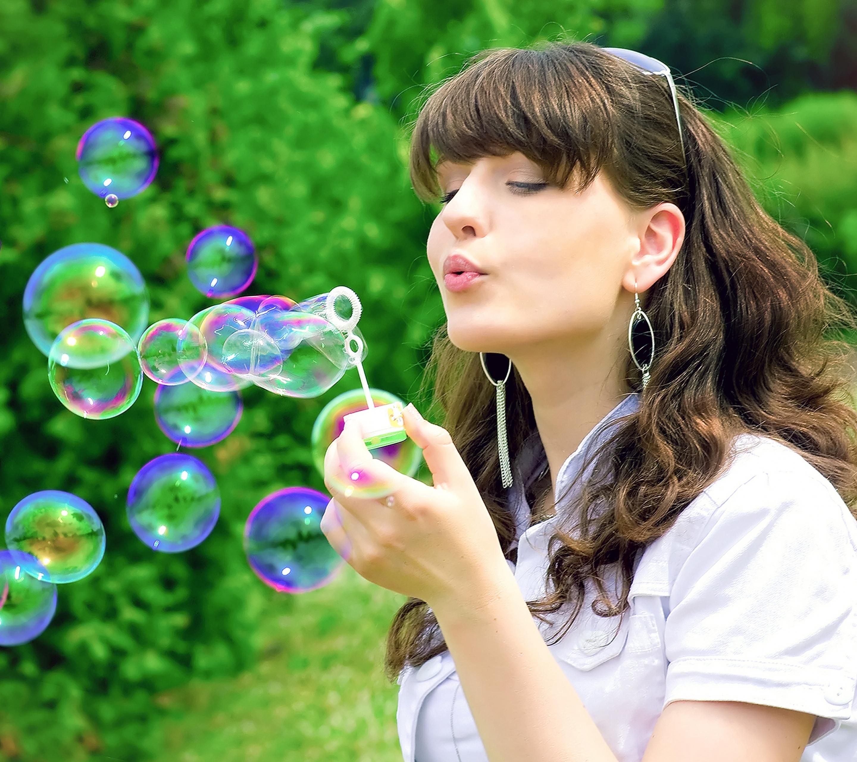 милая девочка с мыльными пузырями  № 1823232 бесплатно